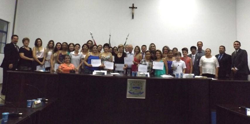 Vereador entrega moção de aplauso aos colaboradores do evento 'Dia da Beleza'